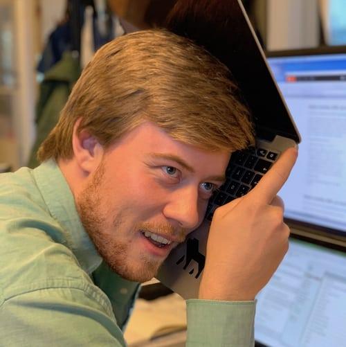 Ung mand lytter til ødelagt computer