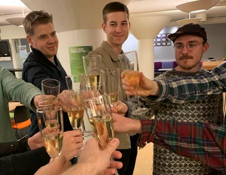 Relion drikker champagne