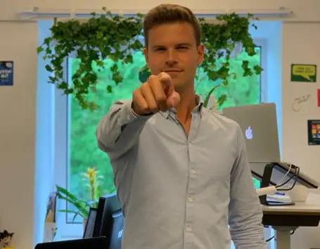 Jimmy Sørensen peger mod kamera